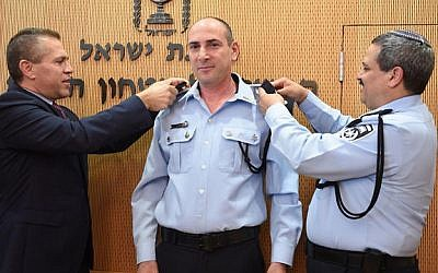 The new head of the Israel Police Lahav 433 anti-corruption unit, Yigal Ben-Shalom, flanked by Public Security Minister Gilad Erdan (left) and police chief Roni Alsheich, March 15, 2018. (Police spokesman's office)