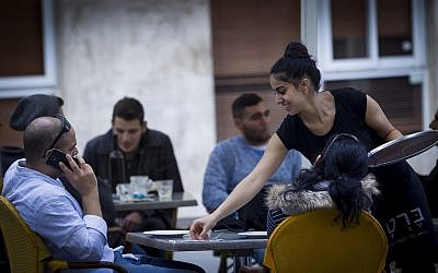 Israelis enjoy themselves at a restaurant in downtown Jerusalem on November 1, 2014. (Miriam Alster/FLASH90/File)