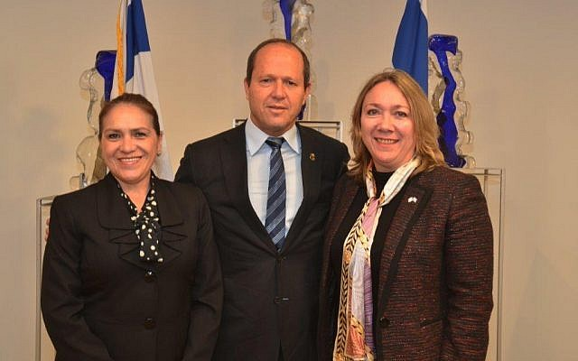 Jerusalem Mayor Nir Barkat, center, with Guatemalan ambassador Sara Angelina Solis, right, and Guatemalan Foreign Ministry director-general Maria Luisa Ramire in Jerusalem, April 11, 2018. (Jackie Levi/Jerusalem Municipality)