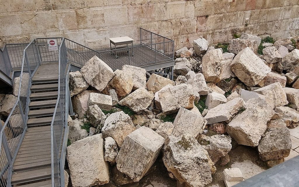 The egalitarian prayer platform at the Western Wall's Robinson's Arch archaeological area. (Eilat Mazar)