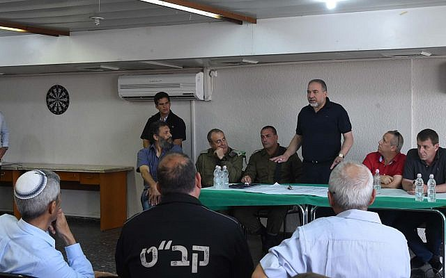 Defense Minister Avigdor Liberman speaks to local leaders of Israeli communities near the Gaza Stirp on April 3, 2018. (Defense Ministry)