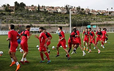 Players of the Hapoel Katamon Jerusalem team take part in a training session in Jerusalem on March 18, 2018. (AFP PHOTO / MENAHEM KAHANA)