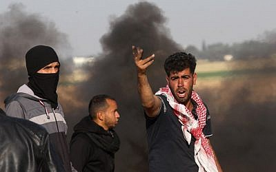 Palestinian protesters demonstrate during clashes with Israeli security forces near the border with Israel, east of Khan Yunis, in the southern Gaza Strip, on April 01, 2018. (AFP PHOTO / SAID KHATIB)