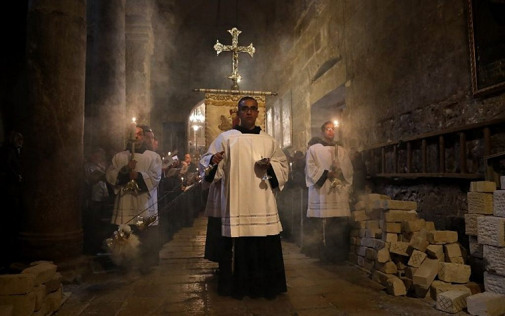 Franciscan friars pray during the Lenten procession inside the Church of the Holy Sepulchre in the Old City of Jerusalem, on February 17, 2018. (AFP PHOTO / Thomas COEX)