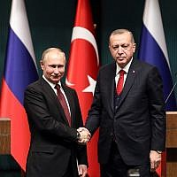 Russian President Vladimir Putin, left, and Turkish President Recep Tayyip Erdogan shake hands after a joint press conference following their meeting at the Presidential Complex in Ankara,  April 3, 2018. (ADEM ALTAN/AFP)