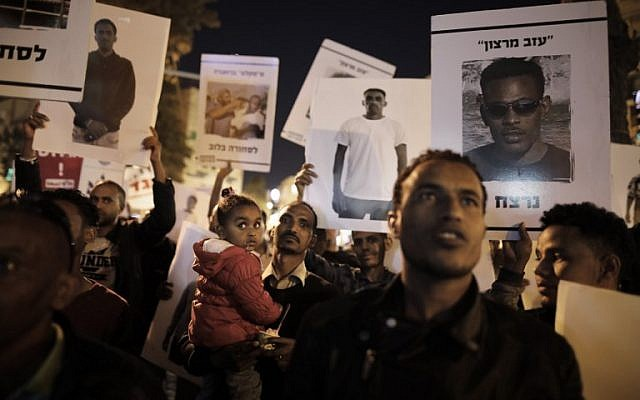 African migrants and their supporters demonstrate in Jerusalem on April 4, 2018 against Prime Minister Benjamin Netanyahu's cancellation of an agreement with the UN aimed at avoiding forced deportations of thousands of African migrants. (AFP/Menahem Kahana)