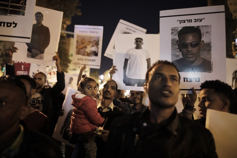 African migrants and their supporters demonstrate in Jerusalem on April 4, 2018 against Prime Minister's cancellation of an agreement with the United Nations aimed at avoiding forced deportations of thousands of African migrants. (AFP PHOTO / MENAHEM KAHANA)