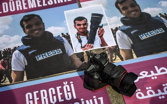People take part in a protest against the killing of a fellow journalist Palestinian Yasser Murtaja on April 11 April, 2018 at Istiklal avenue in Istanbul. (AFP PHOTO / OZAN KOSE)