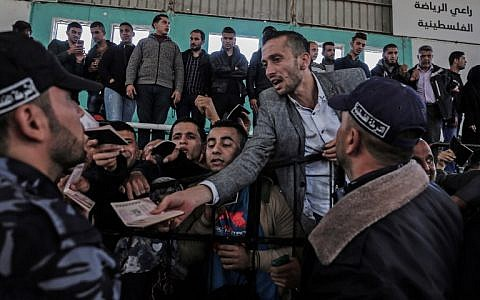 Palestinians gather at the Rafah border crossing as they wait to travel into Egypt after the passage was opened for three days for humanitarian cases, in the southern Gaza Strip April 12, 2018. (AFP PHOTO / SAID KHATIB)
