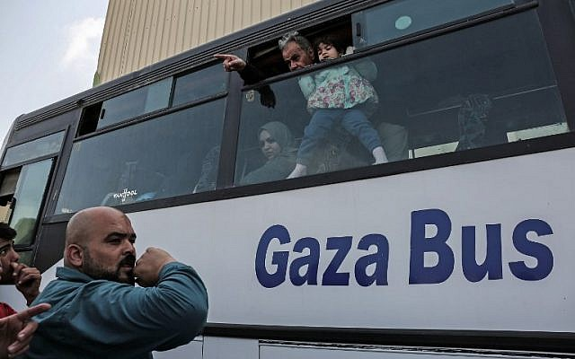 Palestinians bid farewell as they prepare to travel into Egypt after the Rafah border crossing was opened for three days for humanitarian cases, in the southern Gaza Strip April 12, 2018. (AFP PHOTO / SAID KHATIB)