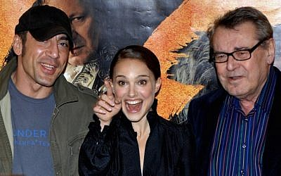 "In this file photo taken on January 31, 2007 (LtoR) Spanish actor Javier Bardem, US Israel born actress Natalie Portman and Czech-born US film director Milos Forman pose prior the press conference of Forman's movie ""Goya's Ghosts"" in Prague.( AFP PHOTO / Michal CIZEK)"