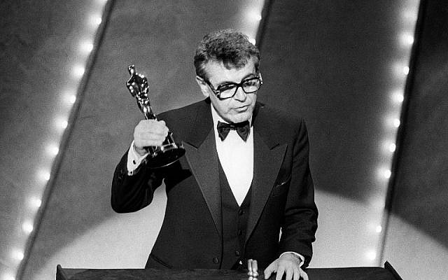 In this file photo taken on March 25, 1985 Czech-born US film director Milos Forman holds up his Oscar trophy for his film 'Amadeus' at the 57th Annual Academy Awards in Hollywood. ( AFP PHOTO )