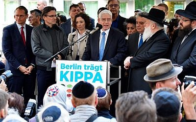 Josef Schuster, President of the Central Council of Jews in Germany, speaks during the 'Berlin wears kippa' event, with more than 2,000 Jews and non-Jews wearing the traditional skullcap to show solidarity with Jews on April 25, 2018 in Berlin after Germany was rocked by a series of anti-Semitic incidents.(AFP PHOTO / Tobias SCHWARZ)
