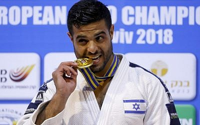 Israel's Sagi Muki poses on the podium with his gold medal following the men's under 81 kg weight category competition during the European Judo Championship in the Israeli coastal city of Tel Aviv on April 27, 2018. (AFP PHOTO / JACK GUEZ)