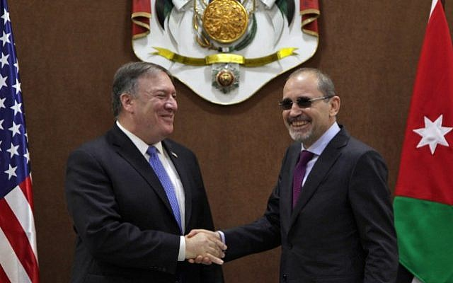 US Secretary of State Mike Pompeo (L) shakes hands with Jordan Foreign Minister Ayman Safadi in Amman on April 30, 2018.  (AFP Photo/Stringer)