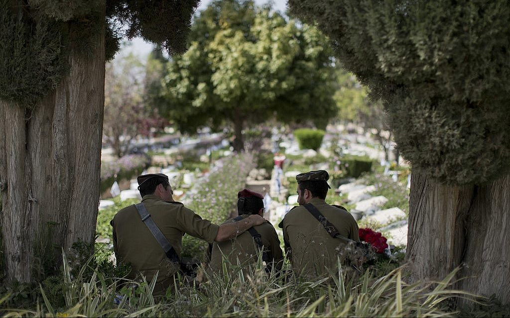 Israeli soldiers visit the Kiryat Shaul military cemetery on the eve of Memorial Day, in Tel Aviv, April 17, 2018. (AP Photo/Oded Balilty)