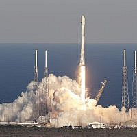 A SpaceX Falcon 9 rocket transporting the TESS satellite lifts off from launch complex 40 at the Cape Canaveral Air Force Station in Cape Canaveral, Florida, April 18, 2018. (AP Photo/John Raoux)