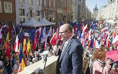 The mayor of Gdansk, Pawel Adamowicz,center, addresses a rally he organized in protest against a recent gathering by far-right groups in this Baltic coast city, in Gdansk, Poland, on Saturday, April 21, 2018. (AP Photo/Wojciech Strozyk)