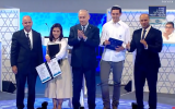 Education Minister Naftali Bennett (R), Azriel Shilat (2nd-R), Prime Minister Benjamin Netanyahu (C) and Oriah Cohen (2nd-L) at the International Bible Quiz, which is held annually on Independence Day, in Jerusalem, on April 19, 2018. (Screen capture: YouTube)