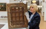 Carolin Lange inspecting the back/the frame of an oil painting. (Landesstelle für die nichtstaatlichen Museen in Bayern)