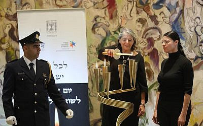 Suzi Kastner (C) lights a memorial candle in the Knesset for her father, Israel Rudolf Kastner at the parliament's official Holocaust Remembrance Day ceremony. Her daughter, Zionist Union MK Merav Michaeli, is pictured on the right (Knesset spokesperson's office/Yonatan Sindel)