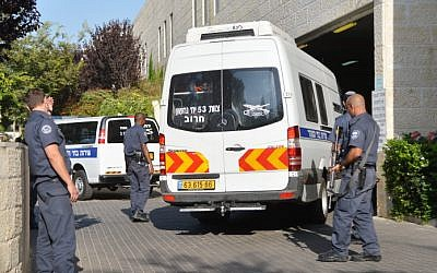 Israel Prisons Service officers stand guard outside the Petah Tikva District Court, file photo (Flash90)