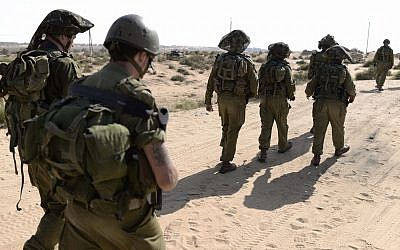 IDF reservist soldiers guard a community near the Israeli-Gaza border on August 14, 2014. (Tomer Neuberg/Flash90)