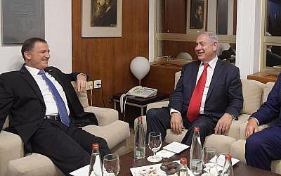 Prime Minister Benjamin Netanyahu (r) with Knesset Speaker Yuli Edelstein on June 7, 2017. (Amos Ben Gershom/GPO)