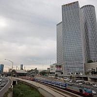 The Azrieli Towers as a backdrop to the train and Ayalon highway in Tel Aviv, December 18, 2017 (Miriam Alster/FLASH90)