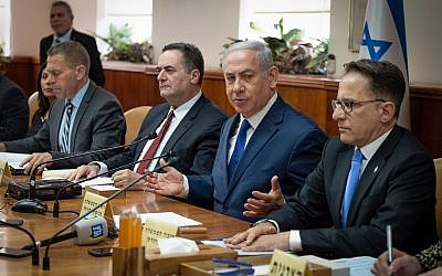 Prime Minister Benjamin Netanyahu leads a cabinet meeting at the Prime Minister's Office in Jerusalem, April 11, 2018. (Yoav Ari Dudkevitch/POOL)