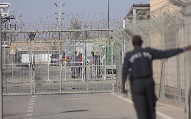 African asylum seekers leaving the Saharonim prison in southern Israel where they had been imprisoned due to their refusal to leave the country, April 15, 2018. (Hadas Parush/Flash90)