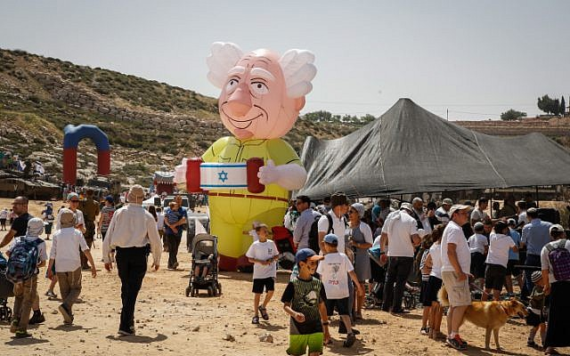 People celebrate the Israeli Independence Day at an IDF fair in the Jewish settlement of Efrat in Gush Etzion, on April 19, 2018. (Gershon Elinson/Flash90)
