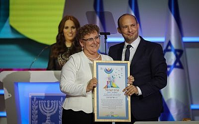 Education Minister Naftali Bennett (R) with Israel Prize winner Miriam Peretz during the ceremony at the International Conference Center (ICC) in Jerusalem on April 19, 2018. (Hadas Parush/Flash90)