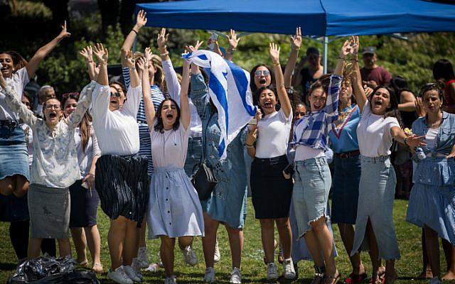 People celebrate Israel's 70th Independence Day celebrations in Saker Park in Jerusalem, April 19, 2018. (Yonatan Sindel/Flash90)