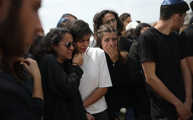 Family and friends mourn during the funeral of Maayan Barhom at the Har Hamenuchot cemetery in Jerusalem, Friday, April 27, 2018. (Hadas Parush/Flash90)