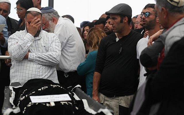 Hundreds mourn Ella Or at her funeral near Ma'ale Adumim after she was killed in a flash flood in the Judean desert during a hike on April 26, 2018. (Yonatan Sindel/Flash90)