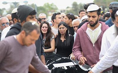 Hundreds seen mourning during the funeral of Ella Or in Mishor Adumim on April 27, 2018. (Yonatan Sindel/Flash90)