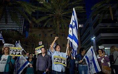 Protesters demonstrate against Prime Minister Benjamin Netanyahu in Tel Aviv on April 28, 2018 (Miriam Alster/Flash90)