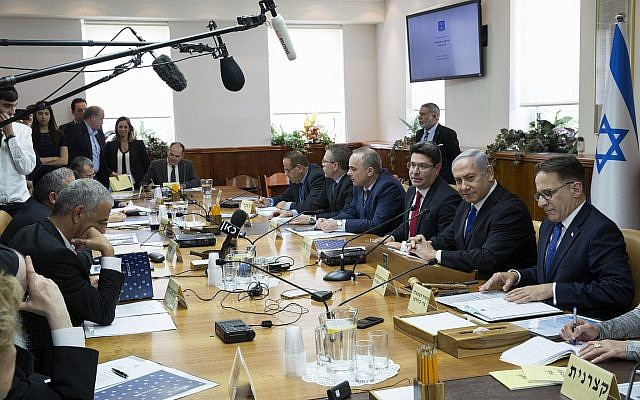 Prime Minister Benjamin Netanyahu, second right, leads the weekly cabinet meeting at the Prime Minister's Office in Jerusalem, April 29, 2018. (Amit Shabi/Flash90)