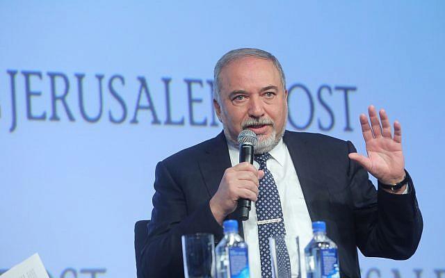 Ο υπουργός Άμυνας Avigdor Liberman μιλάει στην ετήσια Συνδιάσκεψη της Ιερουσαλήμ που πραγματοποιήθηκε στη Νέα Υόρκη στις 29 Απριλίου 2018. (Marc Israel Sellem / Flash90)