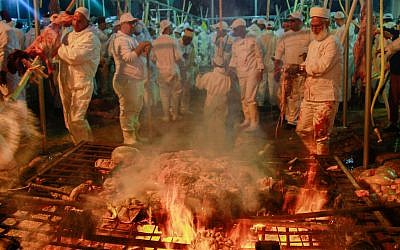 Samaritans take part in the traditional Passover sacrifice ceremony, where sheep and goats are slaughtered, at Mount Gerizim near the northern West Bank city of Nablus on April 29, 2018. (Nasser Ishtayeh/Flash90)