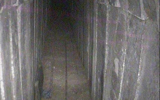 Intérieur du tunnel du Hamas creusé sous la frontière avec Israël, que les FDI ont révélé avoir détruit, le 15 avril 2018. (Porte-parole de Tsahal)