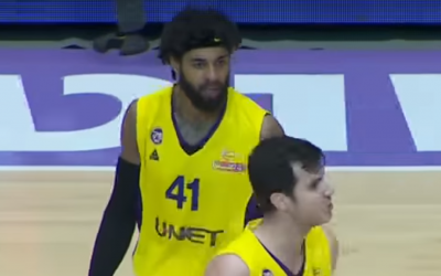 Hapoal Holon teammates Glen Rice Jr. (L) and Guy Pnini argue during a game on April 10, 2018. (Screen capture: YouTube)
