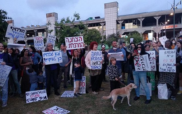 Activists demonstrate in favor of closing the Central Bus Station in Tel Aviv on April 24, 2018. (Melanie Lidman/Times of Israel)