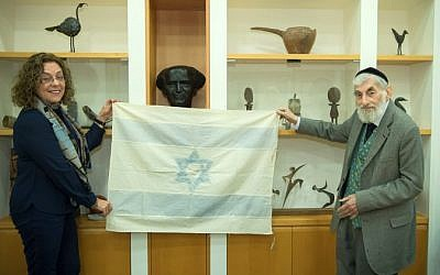 Ezra Gorodesky presents an Israeli Flag sewn by Rebecca Affachiner on May 14th, 1948 to Ben Gurion University President Prof. Rivka Carmi. (Dani Machlis/Ben Gurion University)