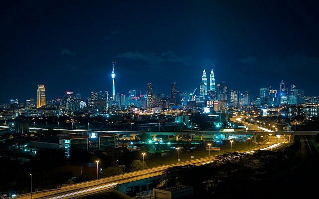 Kuala Lumpur (Indra Gunawan/Wikimedia Commons - https://en.wikipedia.org/wiki/Kuala_Lumpur#/media/File:KL_Night_Scene_301015.jpg)