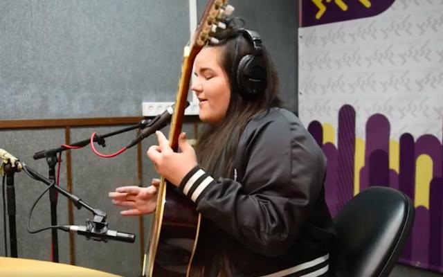 Netta Barzilai sings an acoustic version of 'A-Ba-Ni-Bi' on the Galgalatz radio show (Courtesy Galgalatz)