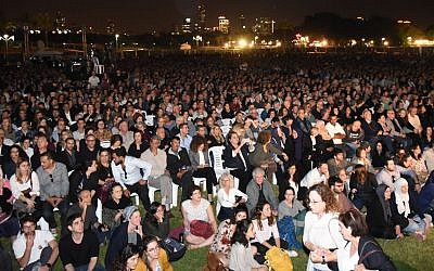 Thousands attend a joint Israeli-Palestinian Memorial Day service at Tel Aviv's Hayarkon Park on April 16, 2018. (Rami Ben-Ari/Combatants for Peace)