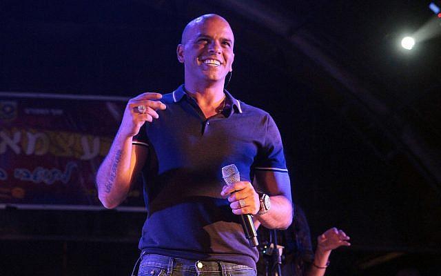 Singer Eyal Golan performing at an Independence Day concert in Beit Shemesh on May 5, 2014. (Yaakov Lederman/Flash90)