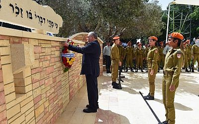 Defense Minister Avigdor Liberman lays a wreath at the memorial for Israel's fallen soldiers at the Kiryat Shaul Military Cemetery in Tel Aviv on Israel's Memorial Day, April 18, 2018. (Ariel Hermoni/Defense Ministry)